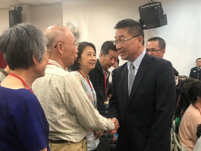 內政部長徐國勇一一與學員家長握手寒暄。