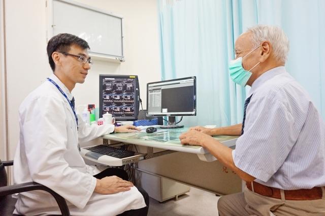 醫師正在詢問病患病情以及最近身體狀況。(圖非新聞當事人)(新竹馬偕醫院提供)