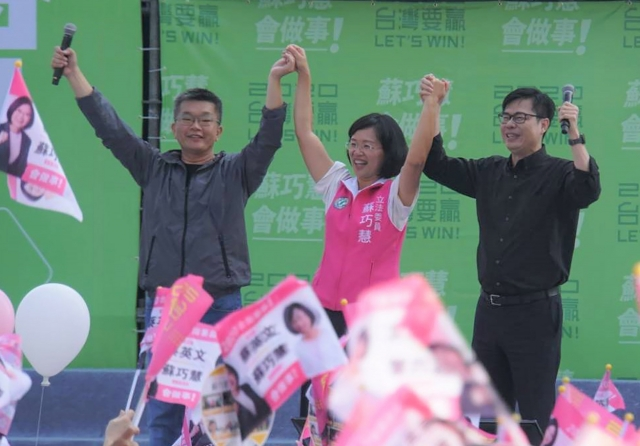 行政院副院長陳其邁(右)表示,選總統就是要接受檢驗,要把話說清楚,誠實是上策。(中央社)