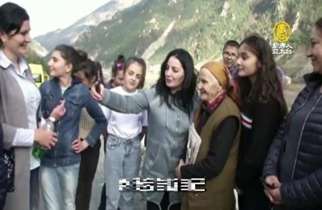 俄羅斯最年長郵差扎拉耶娃(右3)與民眾合影。(新唐人電視台)