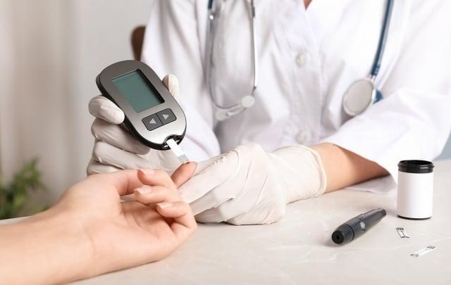國健署署長提醒,有糖尿病家族史的民眾,罹患糖尿病的機率較一般人高出2倍以上,更應該定期血糖檢查。(123RF)