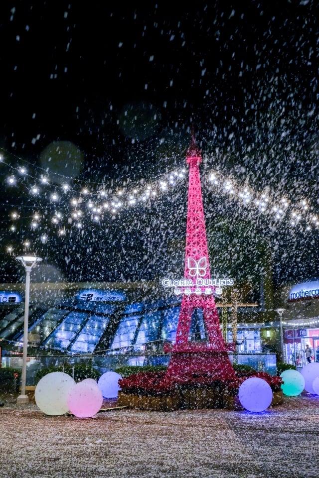 園區打造巴黎鐵塔飄雪。