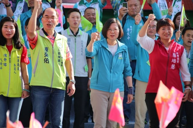 總統蔡英文24日表示,由於台商回台投資,台灣已進入「投資大爆發時代」。圖為蔡英文24日出席南投縣競選總部成立大會。(中央社)
