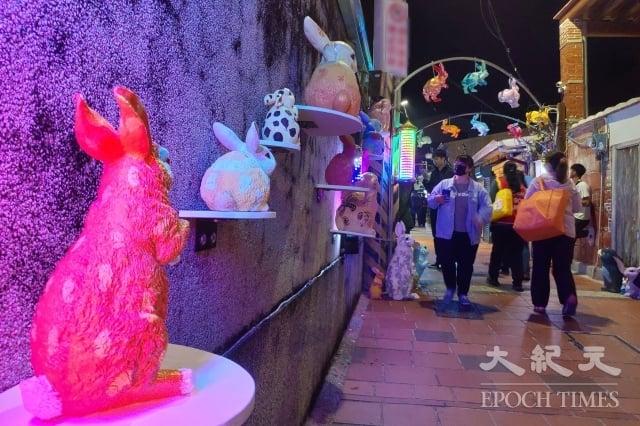 大量彩色兔在鹽水巷弄出沒,可愛模樣令人愛。(記者賴友容/攝影)