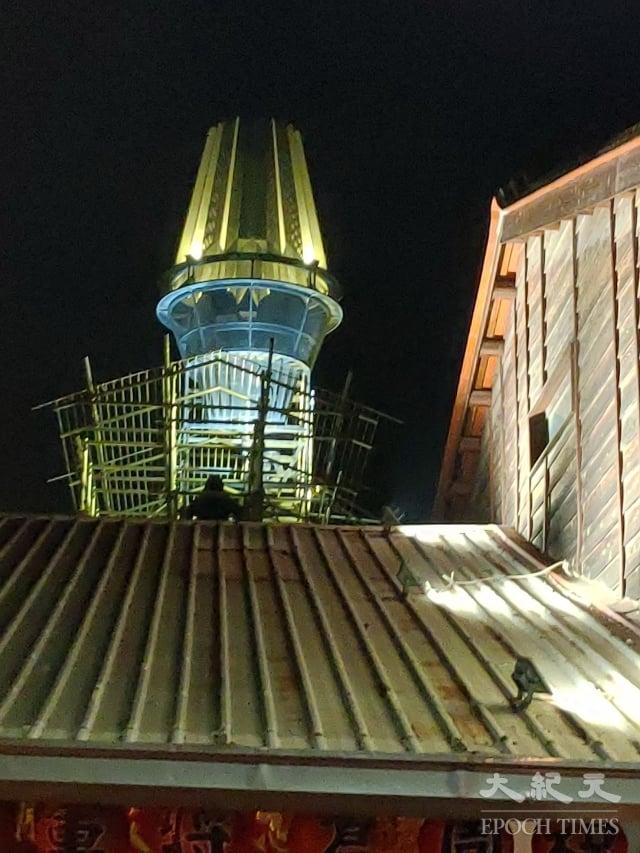 位於屋頂上的《登月計畫-津津十五號》作品。(記者賴友容/攝影)