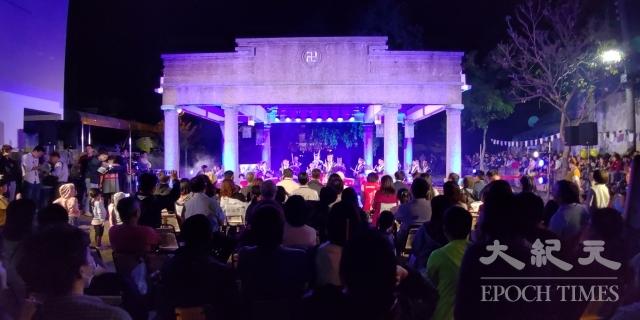 「月光之城」首屆秋季展啟燈儀式,讓鹽水小鎮再度吸引了不少的觀光客。(記者賴友容/攝影)