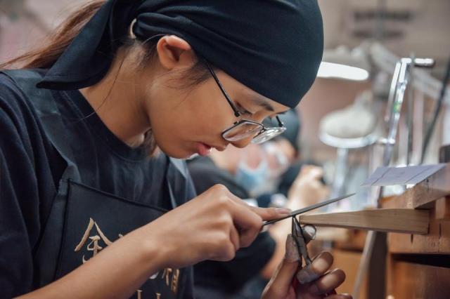 珠寶精品工藝技職學生正在從事金飾製作。(東龍珠鑽石集團提供)