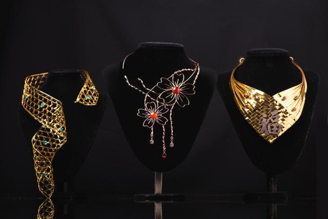 珠寶精品工藝技職學生的亮眼黃金飾品。(東龍珠鑽石集團提供)