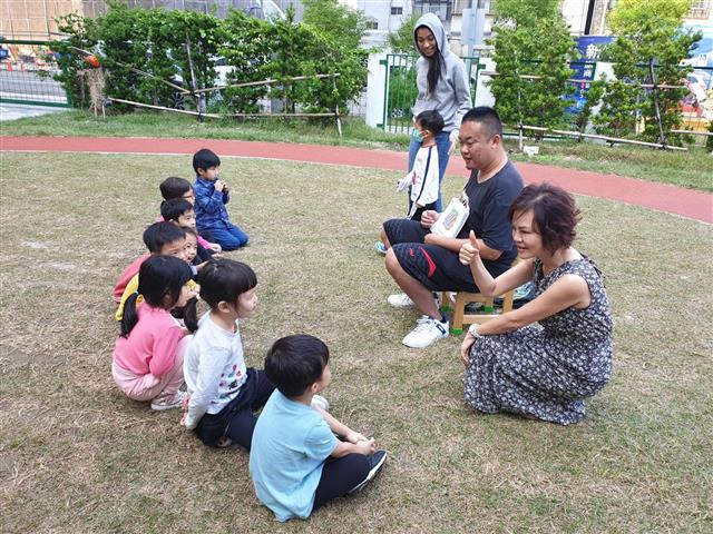 吳貞儀(右)經營幼兒園用愛關懷用心相伴。(林寶雲提供)