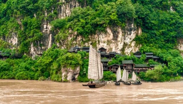 時逢河水暴漲,但見洪波直瀉,洶湧有聲。就在這時,一艘運糧船張開雙帆順流直下,疾駛猶如離弦之箭。圖為中國山區江岸乘船。(fotolia)