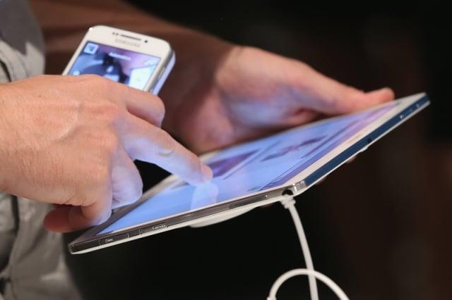 攜帶電子設備旅遊時,要避免某些不安全行為。(Sean Gallup/Getty Images)