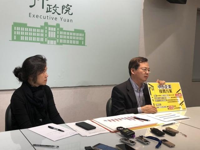 政委龔明鑫(右)27日表示,行政院已核定將「中小企業加速投資行動方案」中,原本匡列200億的貸款額度增加至1000億。(中央社)