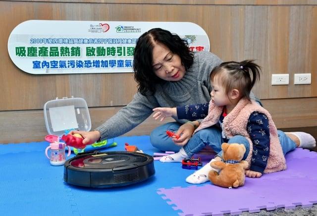 使用掃地機器人打掃時,揚塵所造成的室內空氣汙染 物質增加近6 倍,建議民眾使用除塵電器時,盡量不要待在室內。(台灣室內環境品質學會提供)