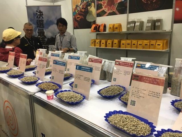 來自不同國家,並經過不同處理方式的咖啡豆供民眾挑選。(攝影/林紫馨)