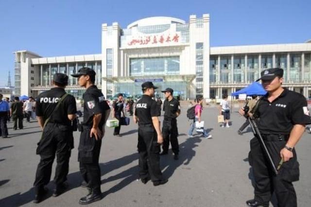 澳洲智庫表示,TikTok的母公司字節跳動等中國科技巨頭,正在與共產黨緊密合作,監視新疆維族人。圖為烏魯木齊火車站前的大量特警。(AFP)