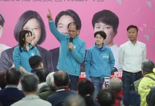 民進黨不分區立委參選人游錫堃(左2)認為,這一代香港人有如此遭遇,是因為上一代不夠打拚。(中央社)