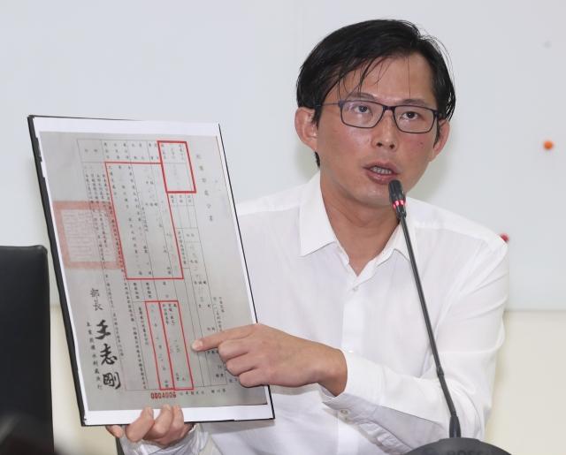 立委黃國昌表示,韓國瑜想用濫訴來恐嚇他,「我不會屈服」。(中央社)