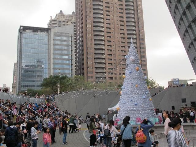 桃園展演中心聖誕點燈開幕耶誕樹現場點燈啟動。(桃園藝設中心提供)