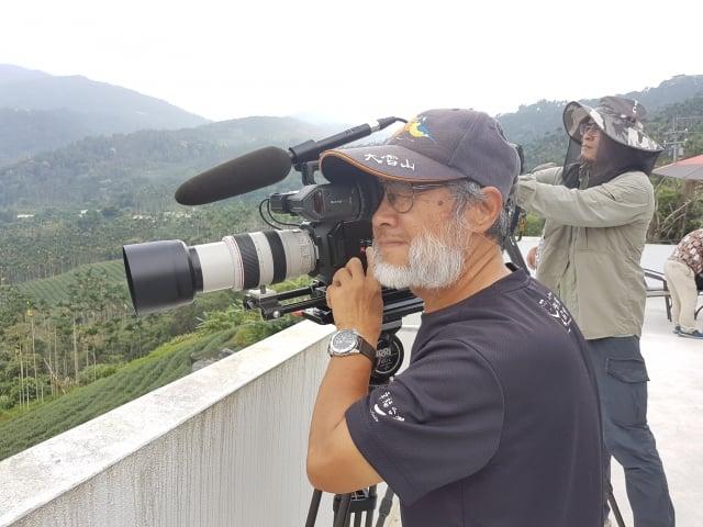 劉燕明導演在草本傳奇拍攝黃頭鷺遷徙盤旋鳳凰谷。(記者李芳如/攝影)