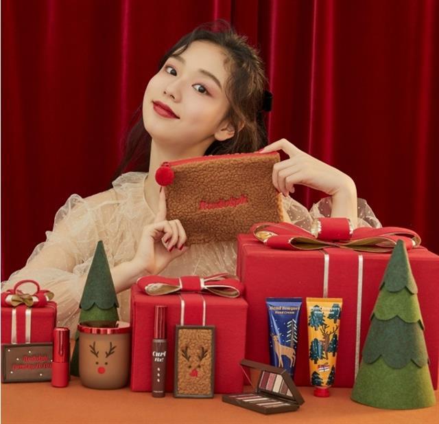 聖誕莓果糖妝容重點,使用亮粉莓果色眼影演繹閃耀感。(品牌提供)