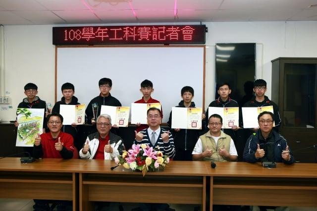 羅東高工廖俊仁校長(前中)、老師與參加108學年度工科技藝競賽獲優勝同學合影。(記者曾漢東/攝影)