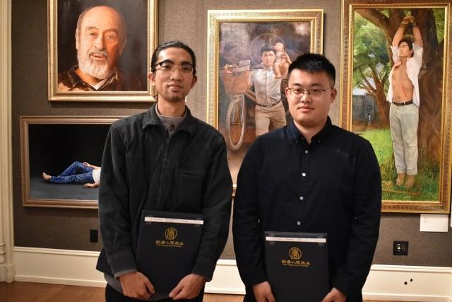 兩位青年人的畫作均獲得大賽「傑出新秀獎」,左為台灣選手宋元亨,右為美國選手蘇俊豪。(記者趙芬妮/攝影)