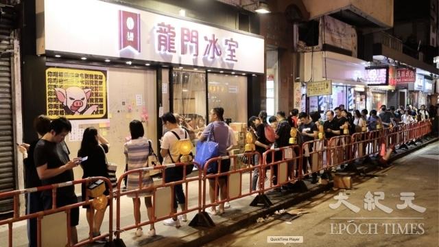 反送中運動持續多月,香港許多店家用各種方式聲援示威者,抗爭者也以消費回報這些「黃店」的義舉。(記者余鋼/攝影)