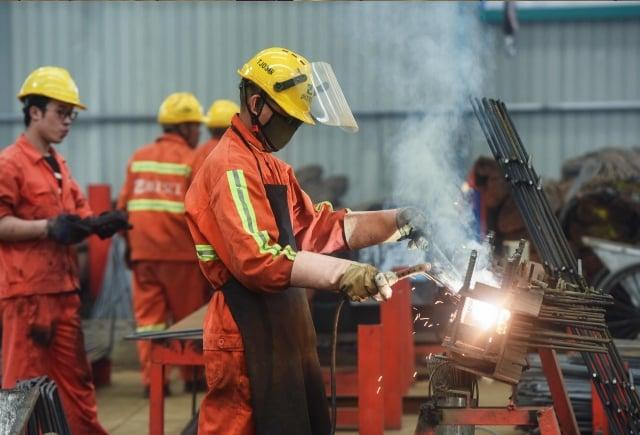 許多經濟學家預測2020年中國GDP增速可能低於6%。圖為中國工人。(STR/AFP via Getty Images)