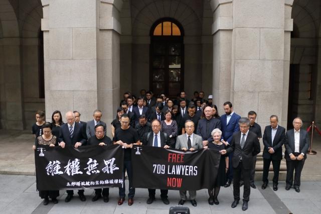 2019年7月9日,中國維權律師關注組聯同法律界人士約50人 ,傍晚在香港終審法院門外默站7分09秒,紀念「709大抓捕」四周年。(大紀元資料照)
