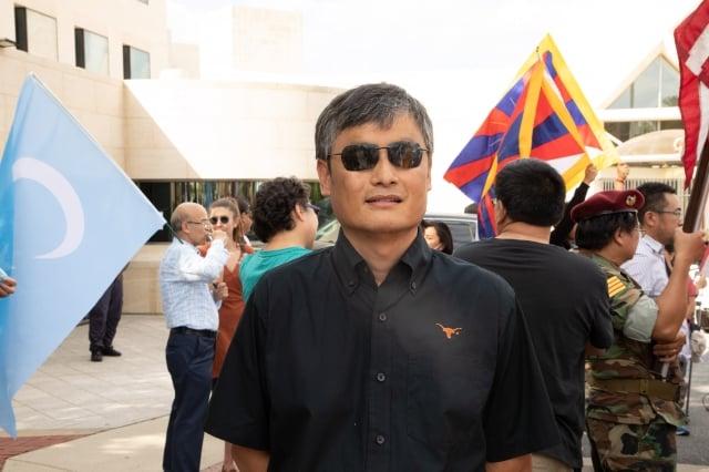 旅居美國的人權律師陳光誠表示,輔警是沒有執法權的:「給你做一個衣服不大一樣,某種程度上貼近警服,就堂而皇之地開始執法了,就這樣代表著官方、代表著法律亂搞。」(記者林樂予/攝影)