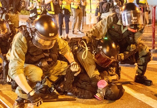 反送中運動至今已抗爭6個多月,年輕人遭大量抓捕。外媒報導,台北長老教會牧師協助示威者逃至台灣。圖為抗爭者被拘捕。(記者余鋼/攝影)