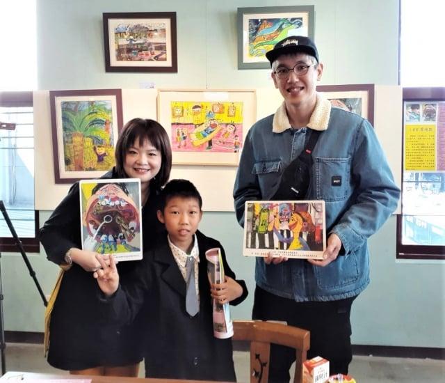 本次展出「雙殊學生美術資源方案實驗計畫」的作品,有彩畫、水墨、油畫、攝影等,其中「蛀牙,好痛」,表現誇張的大嘴巴,是整張畫面最精彩之處。(賴盈秀提供)