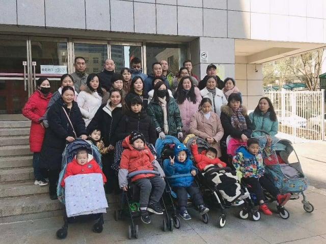 疫苗受害家長帶著孩子冒著嚴寒到北京衛健委上訪,要求盡早出台相關補償標準,受害兒童也齊聲喊話,維護自己的權益。(家長提供)