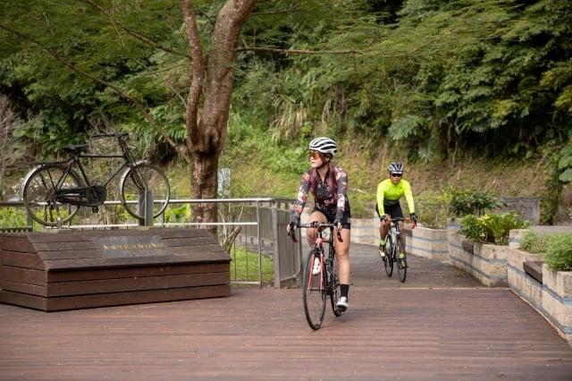 觀魚自行車道。(新北市政府綠美化環境景觀處提供)