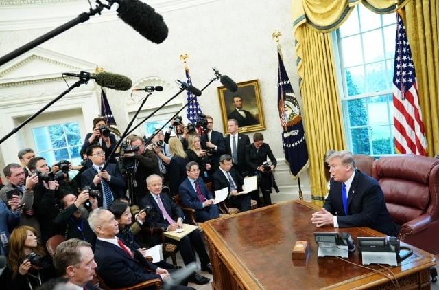 圖為2019年2月22日,美國總統川普在白宮接見中方貿易代表、中共國務院副總理劉鶴。(MANDEL NGAN / AFP)