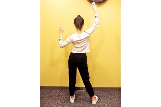養肺運動之三:脊椎側彎保健操。(穆簡提供)