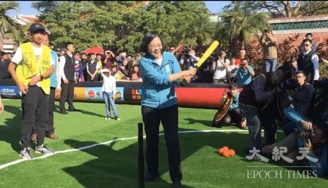 總統蔡英文參加立法委員黃秀芳舉辦的足球派對嘉年華,揮出「全壘打」。(記者謝五男/攝影)