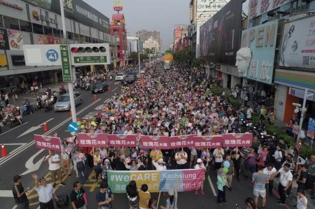 罷韓、挺韓遊行21日登場,警方為避免雙方發生衝突,在捷運上共增1倍警力。圖為資料照。(「we CARE高雄」粉絲專頁提供)
