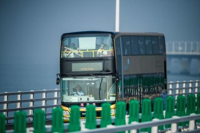 港珠澳大橋近日安檢之嚴密史上首見。圖為橋上運行巴士。(Getty Images)