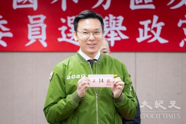 中央選舉委員會18日舉行第10屆不分區立委選舉政黨號次抽籤,民進黨抽中14號。(記者陳柏州/攝影)