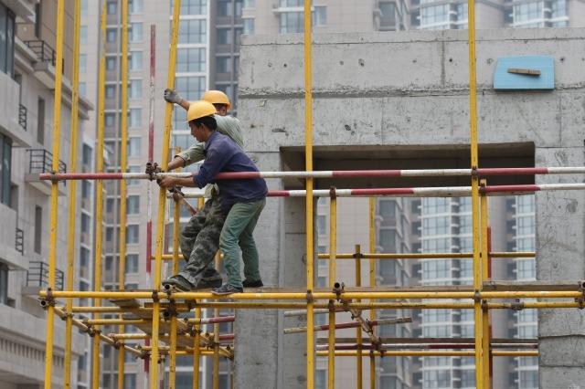 地方政府、國企、央企時常拖欠中小企業工程款和農民工工資,給企業生產經營和個人生活帶來負面影響。(Getty Images)