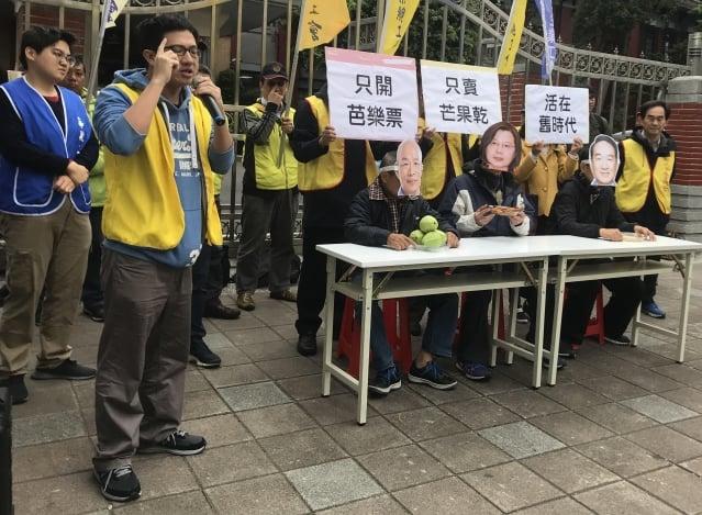 勞團在立法院前召開記者會,呼籲3位總統候選人提出實質的勞工政策。(記者賴玟茹/攝影)