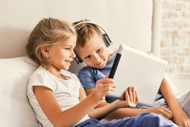 青少年長時間觀看智慧型手機、平板電腦和影片遊戲,大腦皮層有提早變薄的現象,思考和語言能力也會變差。(Fotolia)