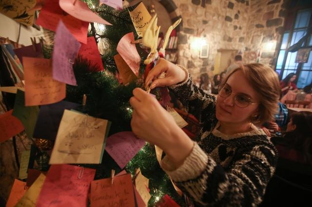 在網路時代,寄卡片給親友或同事的人越來越少,不過美國企業家耶倫自1985年以來,就親手寫卡片給員工。示意圖。(AFP via Getty Images)