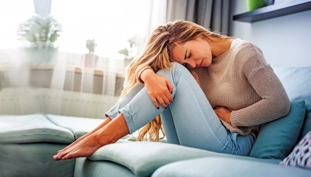 造成經期不順、經痛的原因有許多種,而經期著涼或受寒,正是原因之一。 (shutterstock)