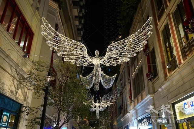 在反送中運動籠罩下的香港聖誕節,人們除了繼續抗爭外,外出消費購物時也會選擇「黃店」還是「藍店」。圖為香港中環利東街的聖誕裝飾。(記者陳仲明/攝影)