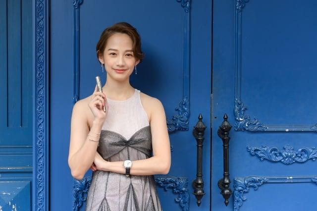 女星簡嫚書演繹生肖主題鋼筆,鐫刻象徵吉祥的中國祥雲紋和元寶圖案。(萬寶龍提供)