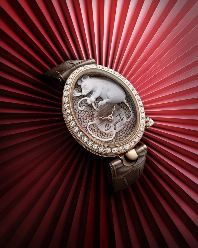 女錶向中國占星學致意,玫瑰金錶圈鑲嵌共重2.42克拉的圓鑽。