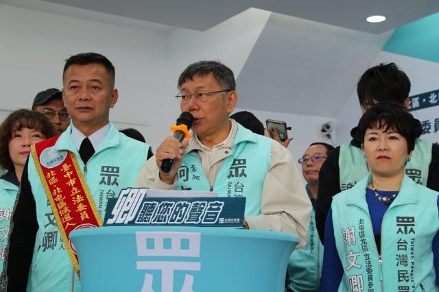 台北市長、台灣民眾黨主席柯文哲(中)5日為台中市立委候選人謝文卿(前左)助選,柯文哲受訪表示,要解決台灣中部的空汙問題, 政府要能夠用科學的方法,去說明空汙的組成到底是什麼。(中央社)
