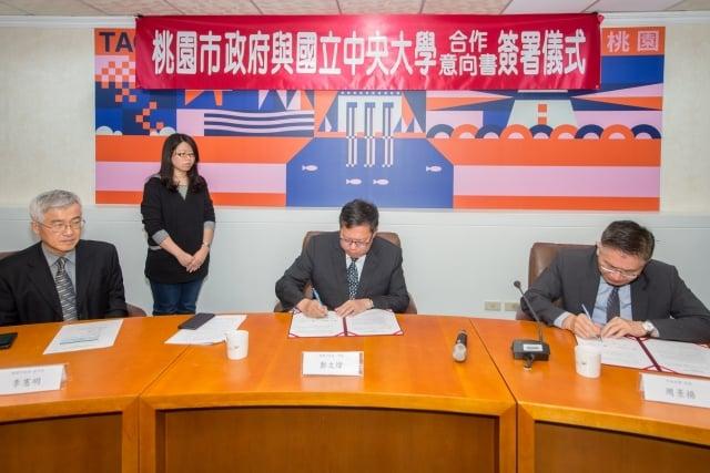 桃園市長鄭文燦與中大校長周景揚簽署合作意向書。(桃園市府提供)